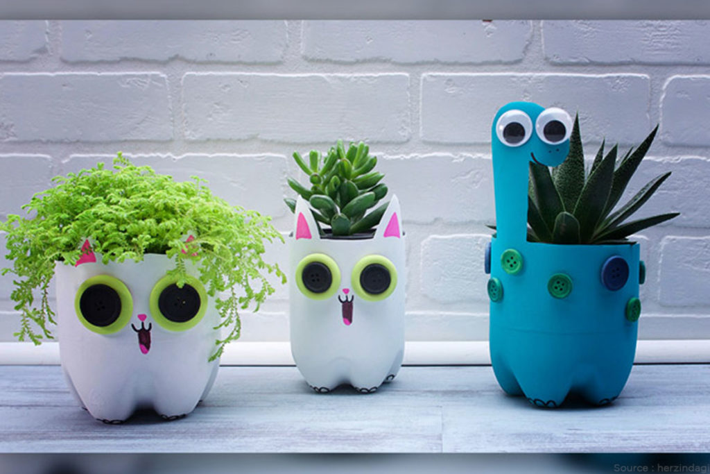 Decorate the garden with a water bottle